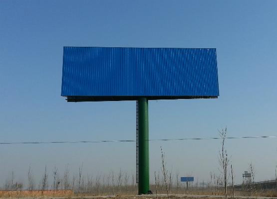 行业动态 技术动态 常见问题 解决方案    b) 大风季节应对户外广告牌图片